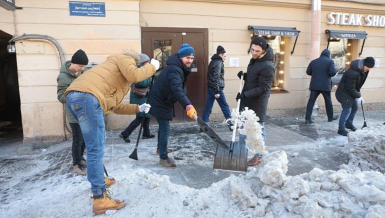 Бармены на уборке улицы Рубинштейна. Фото: Мойка78/ Валентин Егоршин