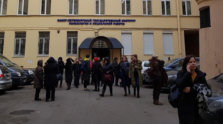 Эвакуация в Санкт-Петербургском государственном институте психологии и социальной работы. Фото: vk.com/spb_today