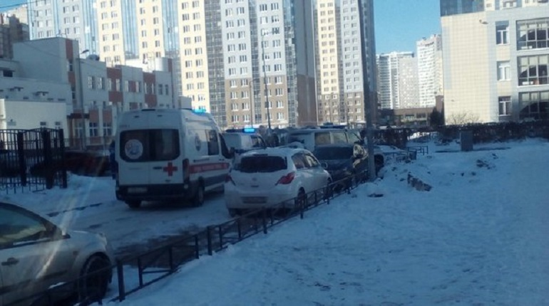Эвакуация школы №655 на Богатырском проспекте. Фото: vk.com/lahta_spb