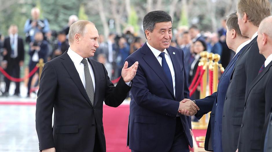 Путин поздоровался с почетным караулом в Бишкеке по-киргизски
