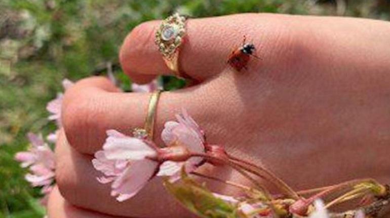 Возлюбленная Козловского показала кольцо на безымянном пальце