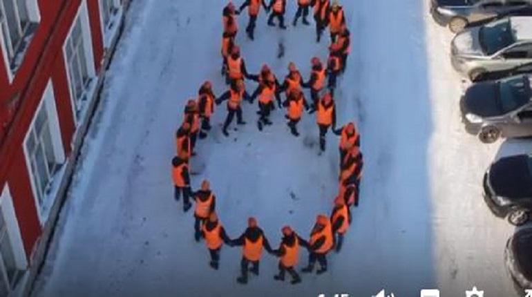 Мужчины в оранжевых жилетах спели романтичную песню для сотрудниц ГУП «ТЭК СПб»