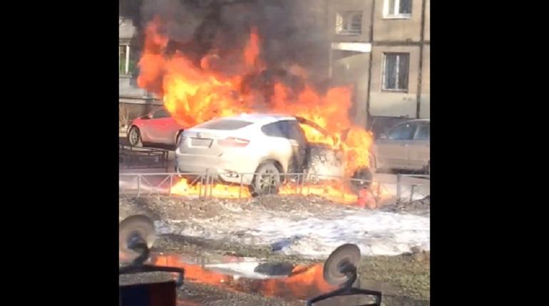 На Передовиков охвачен огнем BMW X6