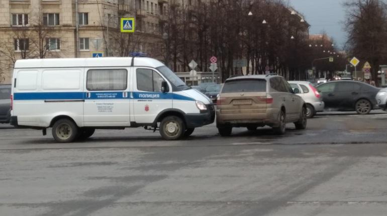 BMW ударом остановил полицейскую машину на площади Стругацких