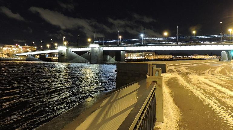 Под Володарским мостом ищут купальщика