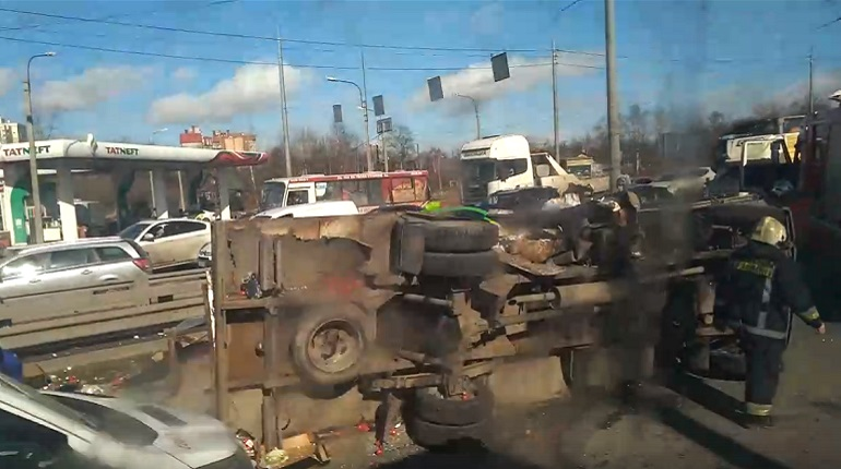 На Народной перевернулся грузовик с продуктами, есть пострадавшие