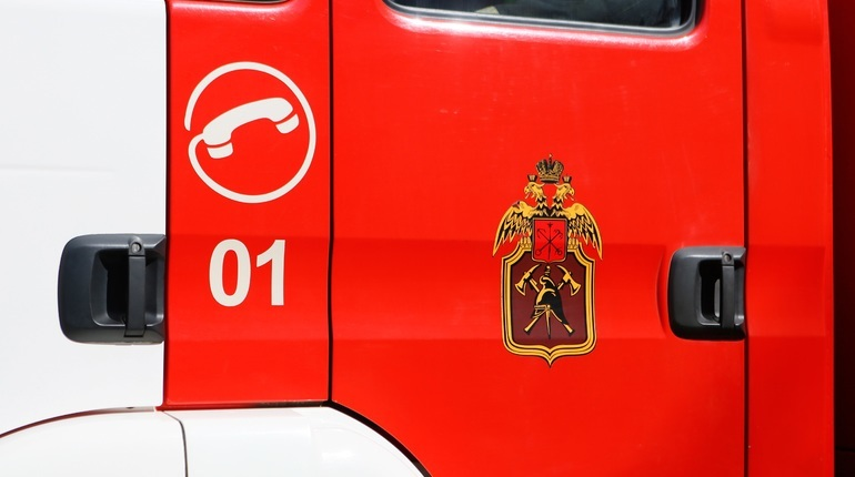 На проспекте Энергетиков тушат пожар. Фото: Baltphoto
