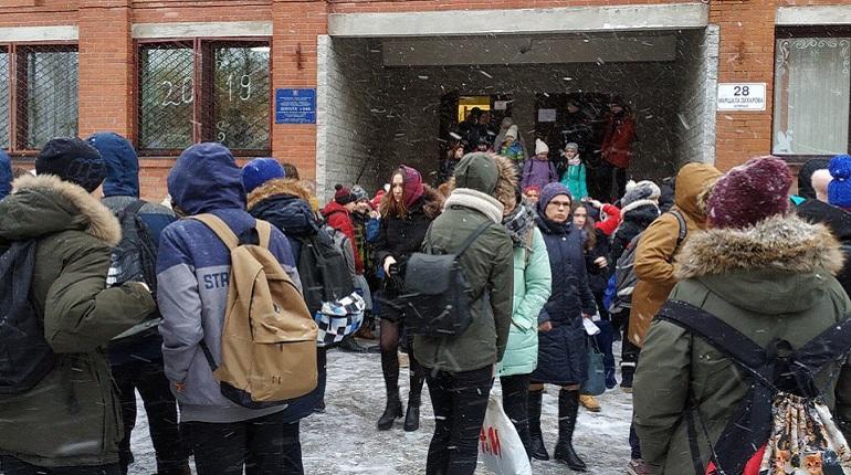 В петербургских школах началась эвакуация