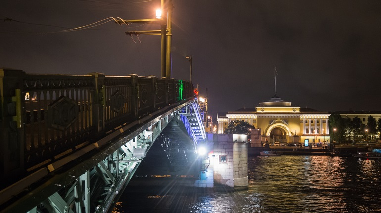 В Петербурге Дворцовый мост 12 дней будет светиться красным