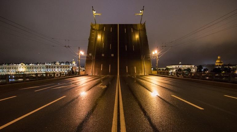 В ночь на пятницу в Петербурге разведут четыре моста