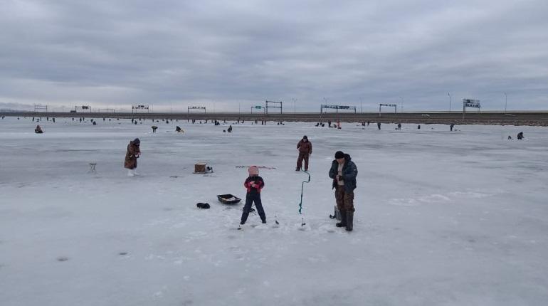 Рыбаки-экстремалы выводят на тонкий лет у дамбы детей