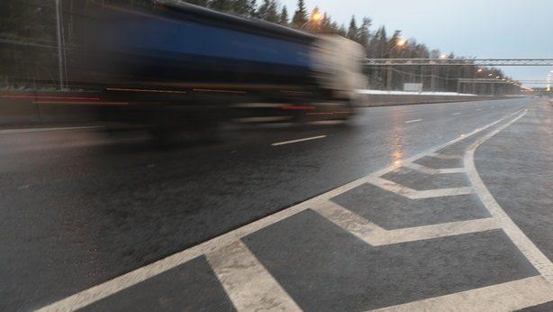 Петербуржцев предупреждают о сильном ветре и гололёде