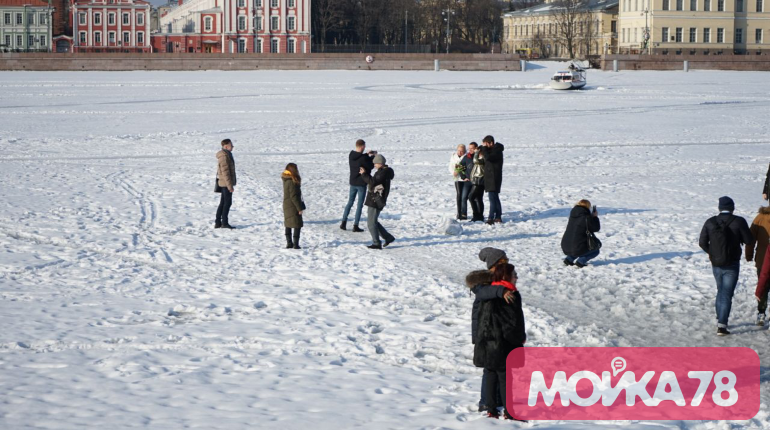 Гуляющие по льду. Фото: Мойка78/Николай Овсянников