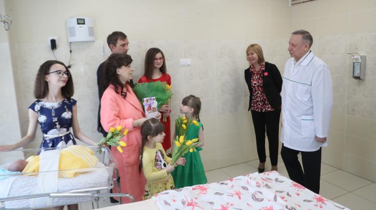 Беглов поздравил с 8 марта многодетных мам в роддоме №10