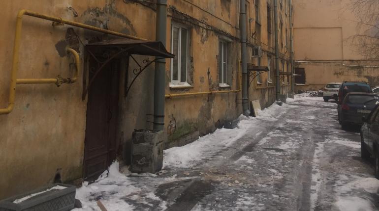 Ветер обрушил куски штукатурки с дома на Перевозной улице