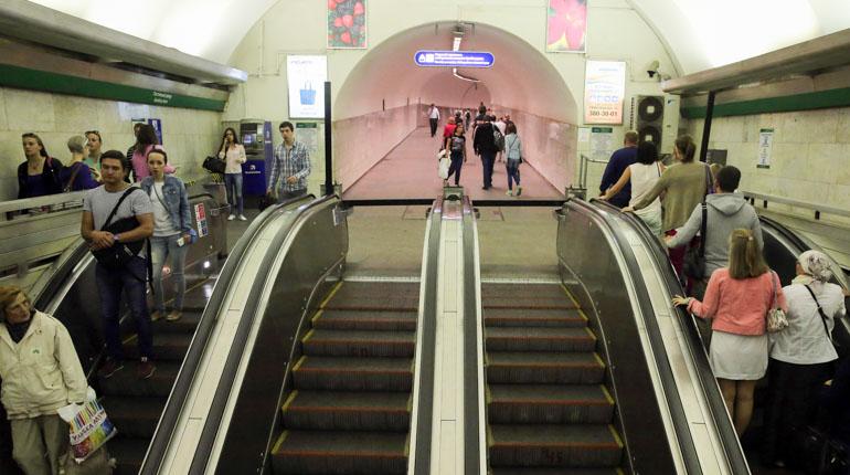 В метро Петербурга протестируют обработку поручней ультрафиолетом