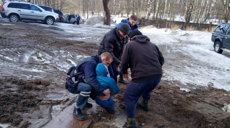 В Выборге ребенок застрял в яме с глиной