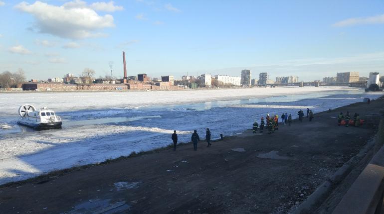 Спасатели работают на Неве. Фото: vk.com/spb_today
