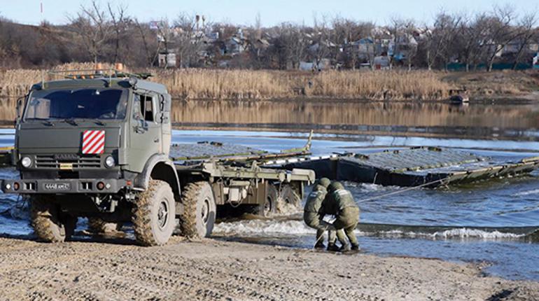Наведение понтонной переправы. Фото: mil.ru