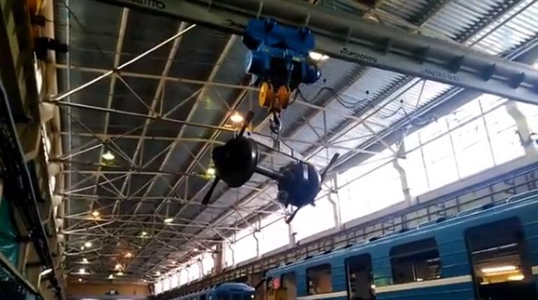 Колесная пара вагона метро. Кадр видео