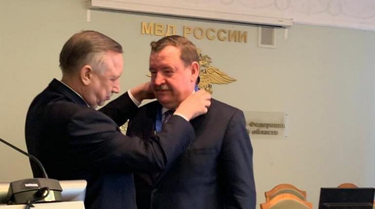 Беглов наградил Умнова. Фото: мвд.рф