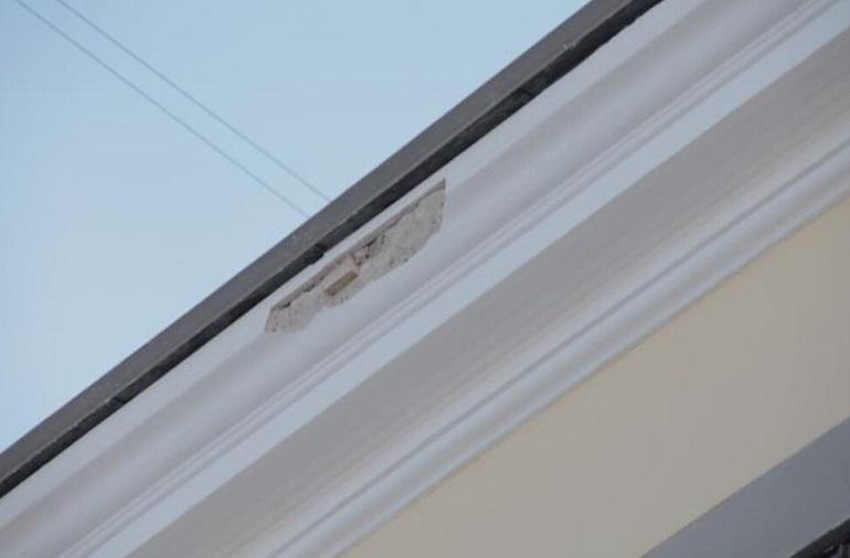 Отвалившуюся штукатурку с Дома сотрудников Ботсада объяснили уборкой снега