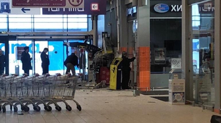 Взорванный банкомат в магазине