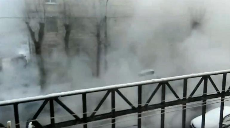 На улице Братьев Радченко прорвало трубу