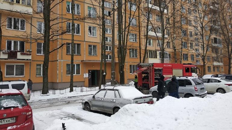 Из горящей квартиры на Дыбенко спасли пенсионера