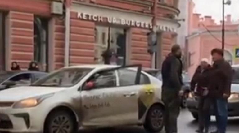 Петербуржец в ушанке подрался с таксистом на Петроградке