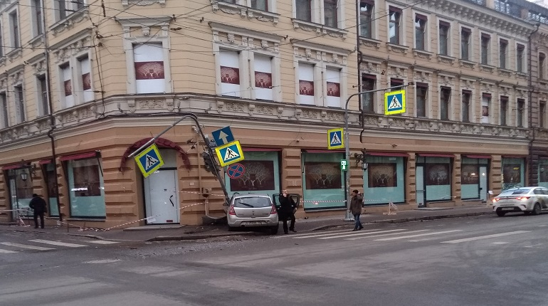 В дом на Петроградской врезался автомобиль. Фото: ДТП и ЧП Санкт-Петербург