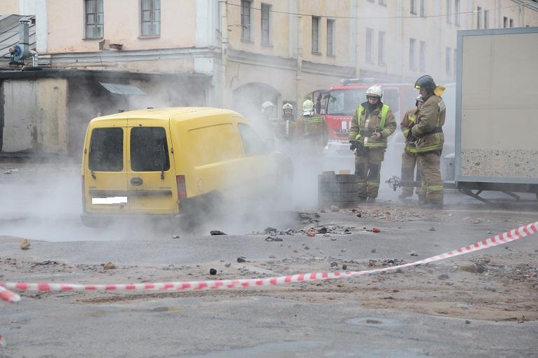 Падение в яму с кипятком: «Мойка78» публикует фото последствий прорыва у БДТ
