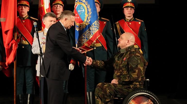 Беглов передал ключи от квартиры ветерану-инвалиду Евтуху