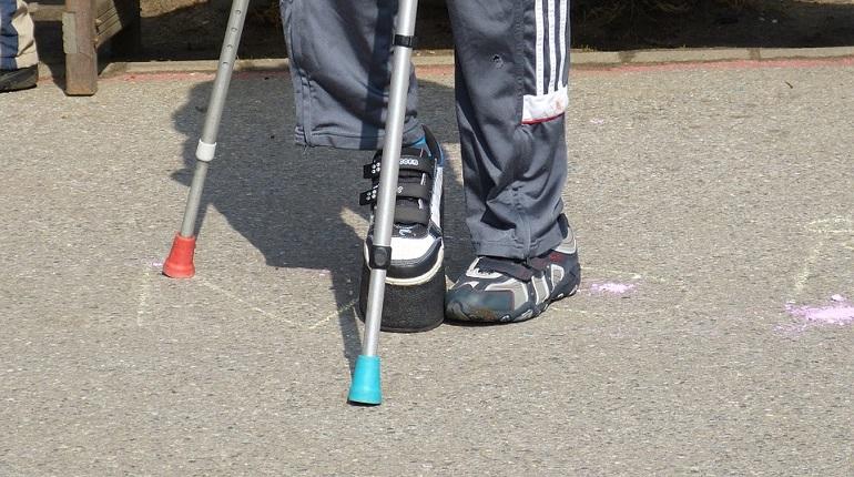 Пешеход после ДТП долго ходил с костылями. Фото: pixabay.com