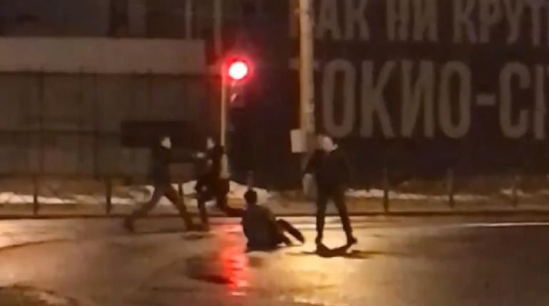 Двоих мигрантов избили возле