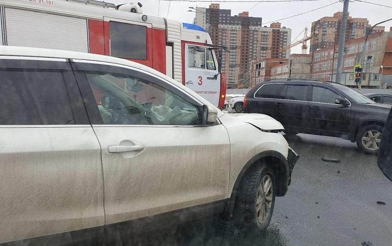ДТП 15 марта на перекрестке проспекта Космонавтов и улицы Орджоникидзе. Фото: vk.com/spb_today