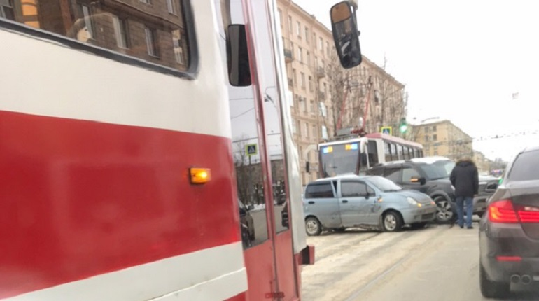 ДТП на Ленсовета затормозило трамваи. Фото: