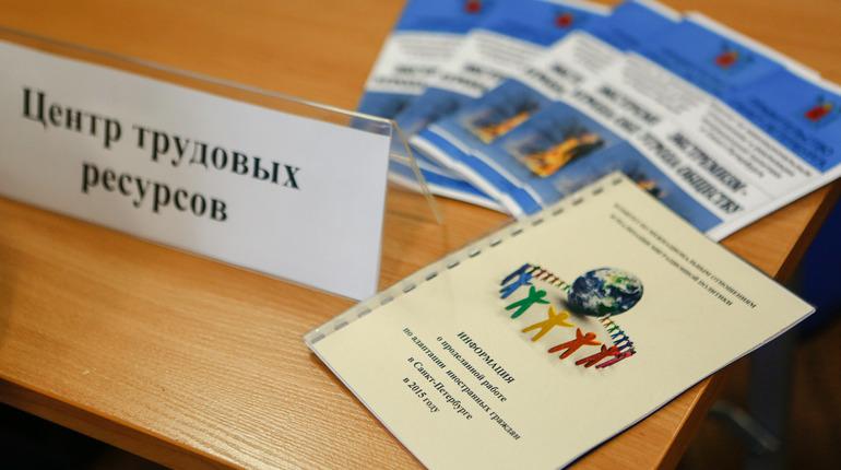 Беглов подписал закон о резерве рабочих мест для предпенсионеров и подростков
