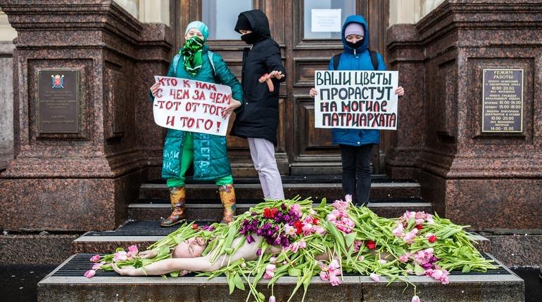 «Похороны» голого мужчины и диверсия в фем-кафе: как в Петербурге отметили 8 Марта