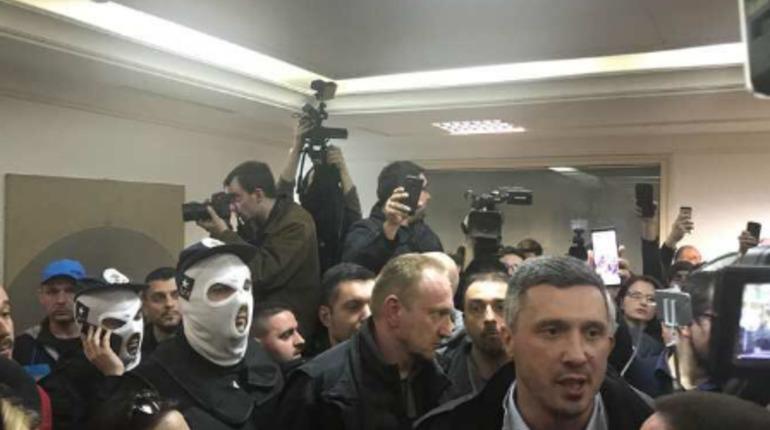 Протестующие ворвались в здание телеканала в Белграде. Фото: Twitter