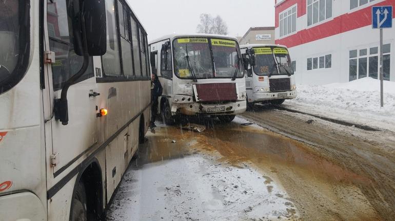 В Мурино столкнулись две маршрутки и автобус