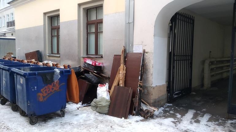 Петербургские коммунальщики устроили «фотосессию» для мусорки