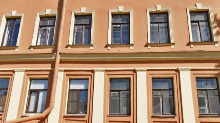 В Петербурге больше 200 мигрантов поставили на учет в квартире-призраке