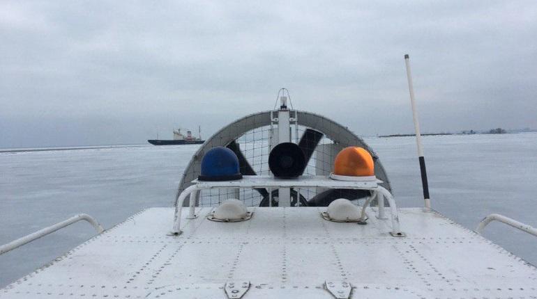 В акватории Невской губы  ищут рыбаков экстремалов. Фото: