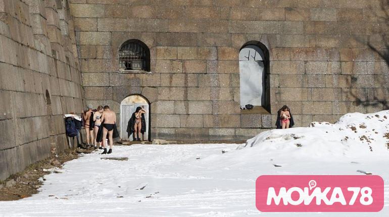 Загорающие у Петропавловской крепости. Фото: Мойка78/Николай Овсянников