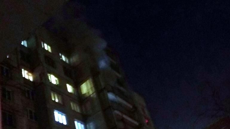 На Малой Бухарестской пылает жилой дом. Фото: