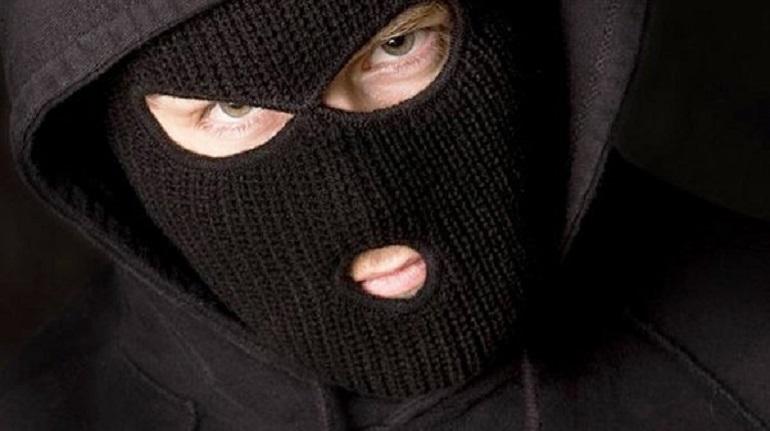 Двое в масках посреди дня отобрали 15 млн у бизнесмена на Краснопутиловской