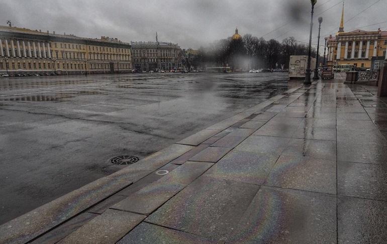 Радужные разводы на Дворцовой площади. Фото: vk.com/spb_today
