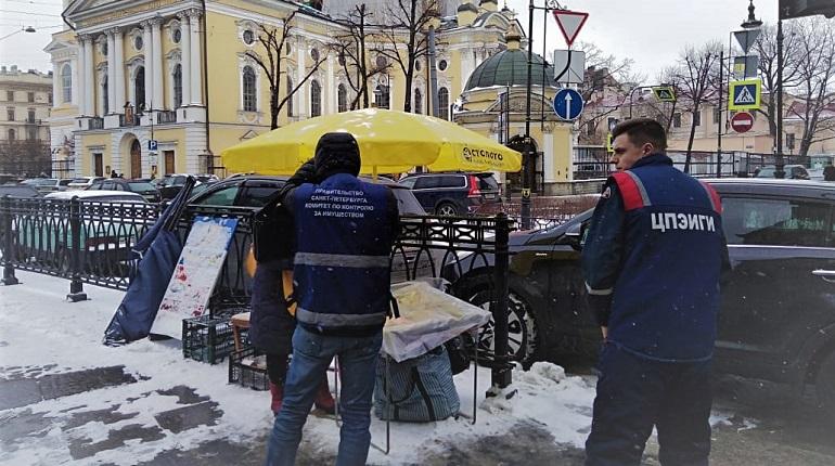 Столы-раскладушки исчезли из центра Петербурга после рейда ККИ. Фото: ККИ