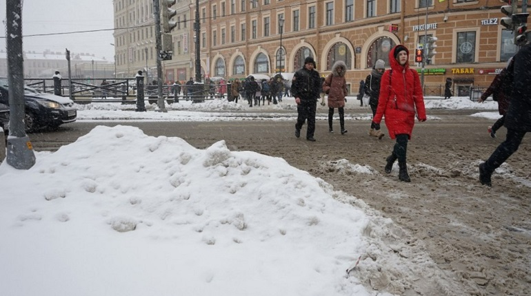 На борьбу с снегом в Петербурге ночью выйдет более 1000 единиц техники